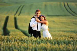 młoda-para-w-naturze-fotograf-ślubny