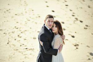 fotograf-ślubny-robi-zdjęcie-na-plaży